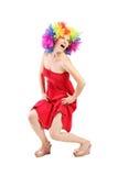 Donna divertente con la parrucca sulla sua testa Immagine Stock