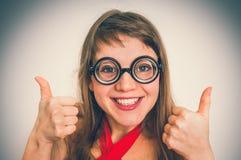 Donna divertente del nerd o del geek su fondo grigio fotografia stock