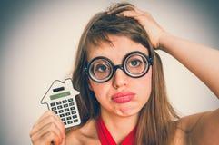 Donna divertente della scuola del nerd o del geek con il calcolatore in sua mano immagini stock