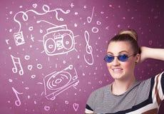 Donna divertente felice con le tonalità e le icone disegnate a mano di media Fotografia Stock