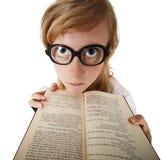 Donna divertente in grandi vetri con il libro Immagine Stock