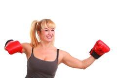 Donna divertente matura con i guanti di inscatolamento Fotografia Stock