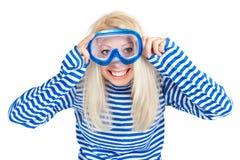 Donna divertente nella mascherina di immersione subacquea in vestito dal marinaio immagini stock libere da diritti