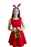 Donna divertente in un vestito del coniglietto Su fondo bianco Concetto di inverno di informazioni di pubblicità Buon spirito del Fotografie Stock