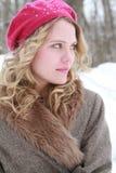 Donna dolce sorridente a paillettes rosa del rivestimento della pelliccia e del berretto Immagine Stock Libera da Diritti
