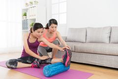 Donna domestica dell'istitutore di forma fisica che insegna al suo studente Immagine Stock