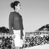 Donna a Donostia; San Sebastian, Spagna che esamina distanza immagine stock