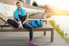 Donna dopo l'allenamento per riposare e rilassarsi Fotografia Stock