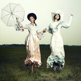 Donna due in vestito dall'annata fotografie stock libere da diritti