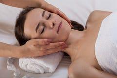 Donna durante il trattamento di bellezza alla stazione termale Immagini Stock