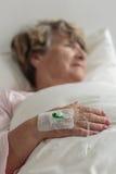 Donna durante il trattamento medico immagini stock