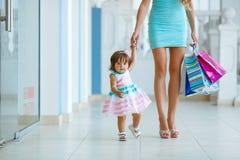 Donna durante l'acquisto con la bambina Fotografia Stock Libera da Diritti