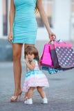 Donna durante l'acquisto con la bambina Immagine Stock Libera da Diritti