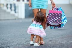Donna durante l'acquisto con la bambina Fotografie Stock