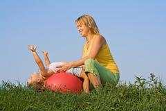 Donna e bambina che hanno divertimento Fotografia Stock Libera da Diritti
