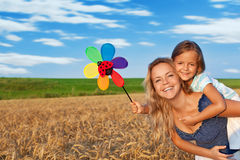 Donna e bambina che hanno divertimento all'aperto Fotografia Stock