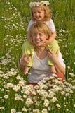 Donna e bambina sul campo della margherita Fotografia Stock Libera da Diritti
