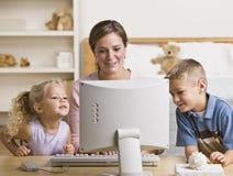Donna e bambini che giocano sul calcolatore Fotografia Stock Libera da Diritti
