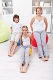Donna e bambini che si esercitano a casa immagini stock