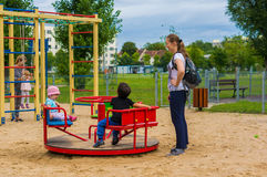 Donna e bambini dalla rotonda fotografie stock