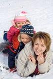 Donna e bambini nella neve fotografia stock libera da diritti