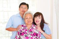 Donna e bambini senior asiatici Immagine Stock