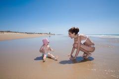 Donna e bambino alla spiaggia Immagine Stock Libera da Diritti