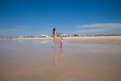 Donna e bambino che camminano alla riva Immagini Stock