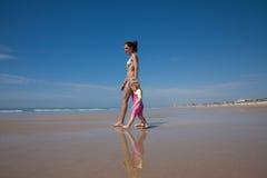 Donna e bambino che camminano alla spiaggia Immagini Stock Libere da Diritti