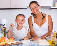 Donna e bambino che cucinano strudel Fotografia Stock