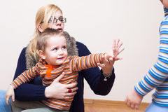 Donna e bambino che ondeggiano arrivederci Fotografia Stock Libera da Diritti