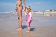 Donna e bambino che stanno alla riva Immagine Stock Libera da Diritti