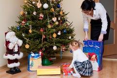 Donna e bambino con l'albero di Natale Fotografia Stock Libera da Diritti