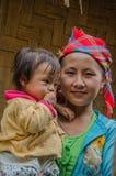 Donna e bambino di Hmong nel Laos del Nord immagine stock