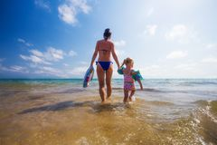 Donna e bambino nel mare fotografia stock libera da diritti