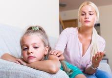 Donna e bambino offensivo Fotografie Stock Libere da Diritti