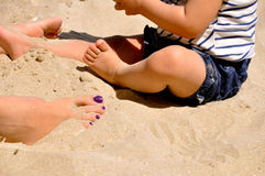 Donna e bambino in sabbia Immagini Stock