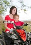 Donna e bambino su ATV fotografie stock