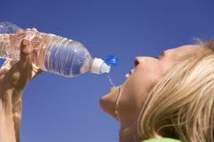 Donna e bottiglia di acqua Fotografia Stock Libera da Diritti