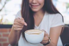 Donna e caffè Immagini Stock Libere da Diritti