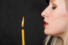 Donna e candela immagine stock libera da diritti