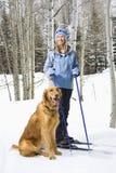 Donna e cane. fotografia stock