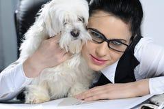 donna e cane che esprimono amicizia   Immagini Stock