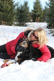 Donna e cane in inverno Immagine Stock