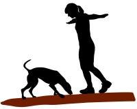 Donna e cane sul libro macchina royalty illustrazione gratis