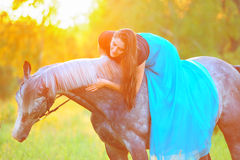 Donna e cavallo grigio alla luce dorata Fotografia Stock Libera da Diritti