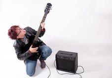 Donna e chitarra elettrica Fotografie Stock Libere da Diritti