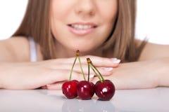 Donna e ciliege Fotografia Stock Libera da Diritti