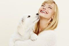 Donna e cucciolo Immagine Stock