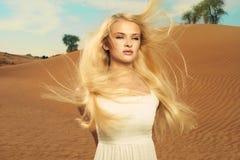 Donna e deserto. I UAE Immagini Stock